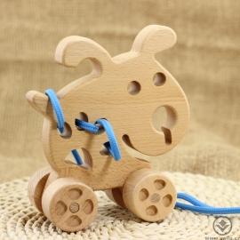 Dřevěný pejsek na kolečkách