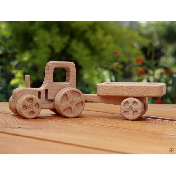Dřevěný traktůrek s vlečkou